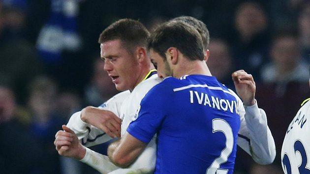 Branislav Ivanovič z Chelsea (vpravo) se sklání k ramenu Jamese McCarthyho z Evertonu. Kousnul ho?