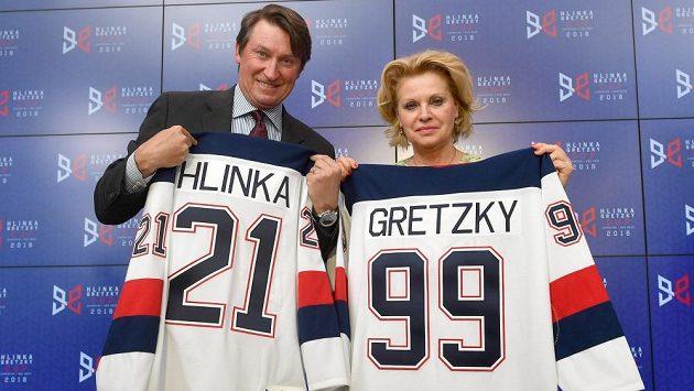 Wayne Gretzky a Liběna Hlinková pózují s dresy na tiskové konferenci věnované k Hlinka Gretzky Cupu.