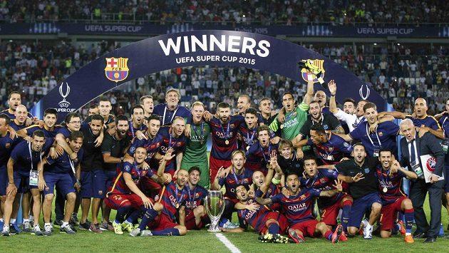 Fotbalisté Barcelony slaví zisk Superpoháru.