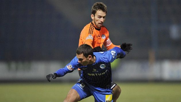 Serhij Rybalka z Liberce (vpředu) si kryje míč před olomouckým Tomášem Hořavou.