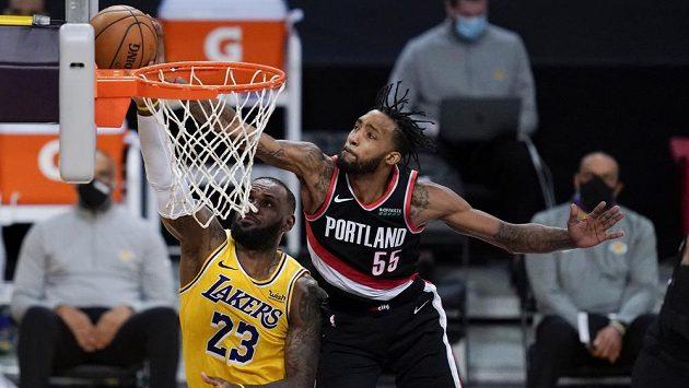 Basketbalista Portlandu Trail Blazers Derrick Jones Jr. (55) blokuje střelu hvězdného LeBrona Jamese z Los Angeles Lakers v utkání NBA.