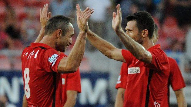 Fotbalisté Brna Jan Polák (vlevo) a Tadas Kijanskas.