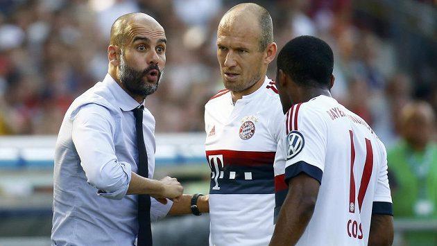 Arjen Robben (uprostřed) s trenérem Bayernu Pepem Guardiolou (vlevo) a Douglasem Costou.