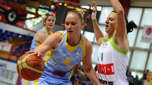 Finále play off basketbalové ligy žen - Michaela Stejskalová z USK (vlevo) a Ivana Jalčová z Brna.