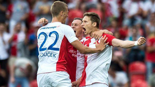 Slávističtí fotbalisté (zleva) Tomáš Souček, Jan Bořil a Milan Škoda se radují z gólu proti Tallinnu.