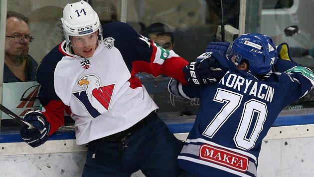 Útočník Slovanu Václav Nedorost (vlevo) v souboji s Glebem Korjaginem z Dynama Moskva.