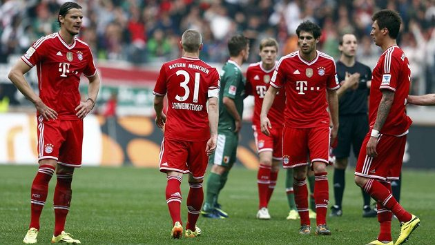 Zklamaní fotbalisté Bayernu zleva Daniel van Buyten, Bastian Schweinsteiger, Javier Martinez a Mario Mandžukič po prohře s Augsburgem.