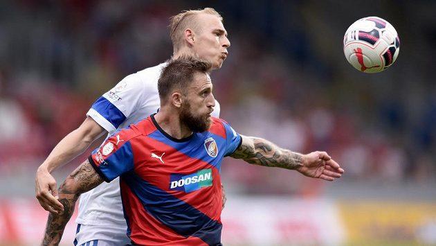 Plzeňský útočník Jan Holenda (vpředu) si kryje míč před libereckým Lukášem Pokorným.