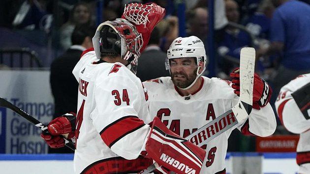 Radost v podání hokejistů Caroliny Hurricanes. Výhru slaví Jordan Martinook (48) a Petr Mrázek (34).