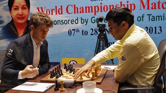 Norský šachista Magnus Carlsen (vlevo) v partii s Indem Višvánáthánem Ánandem.