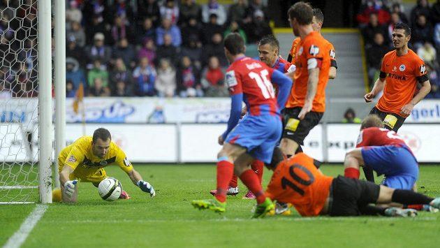 Liberecký brankář Přemysl Kováč zasahuje v utkání proti Plzni.