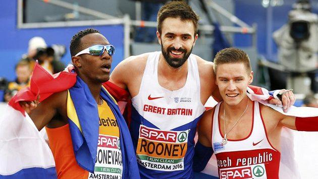 Medialisté z ME na 400 m. Brit Martin Rooney (uprostřed) vedle stříbrného Pavla masláka (vpravoú a třetího Nizozemce Liemarvina Bonevacii.