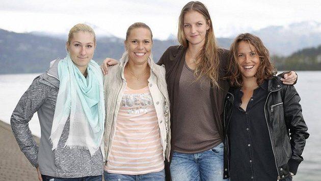 Vítězky ze Švýcarska (zleva) Denisa Allertová, Lucie Hradecká, Karolína Plíšková a Barbora Strýcová. Vyjde to i ve Francii?
