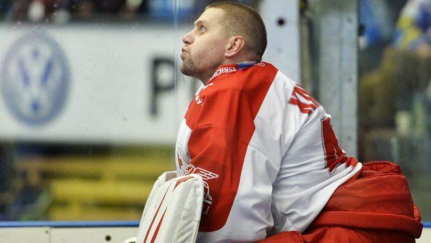 Naštvaný brankář Olomouce Branislav Konrád zahodil přilbu. V Plzni dostali hanáci deset gólů.