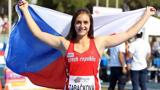 Oštěpařka Nikol Tabačková po zisku zlata na juniorském ME v Grossetu.