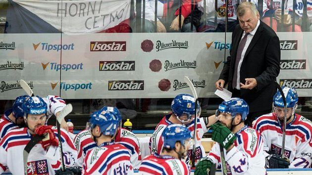 Trenér Vladimír Vůjtek (vzadu) na střídačce české hokejové reprezentace.