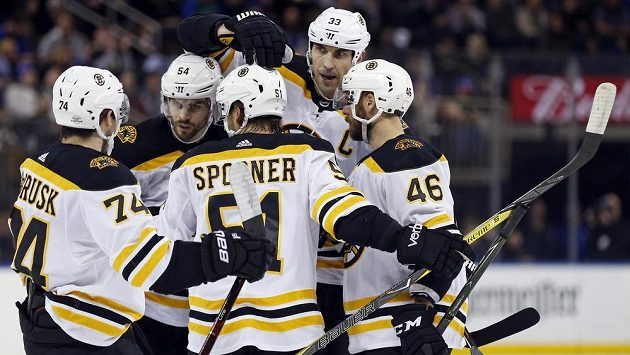 Hokejisté Bostonu i s Davidem Krejčím (46) se radují z trefy Zdena Cháry (33).
