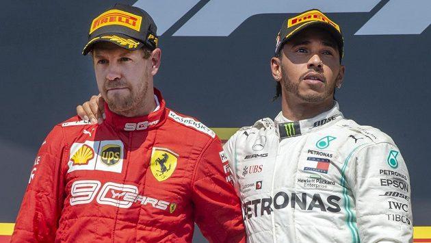 Lewis Hamilton (vpravo) věděl, že mu triumf nad Sebastianem Vettelem spadl v Kanadě do klína.