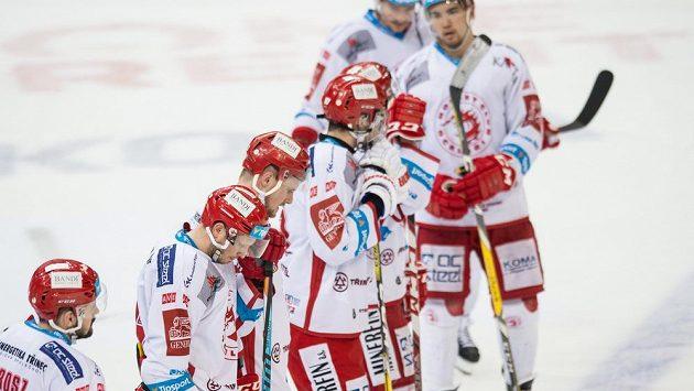 Hokejisté Třince opouštěli led po výprasku od Sparty se sklopenými hlavami.