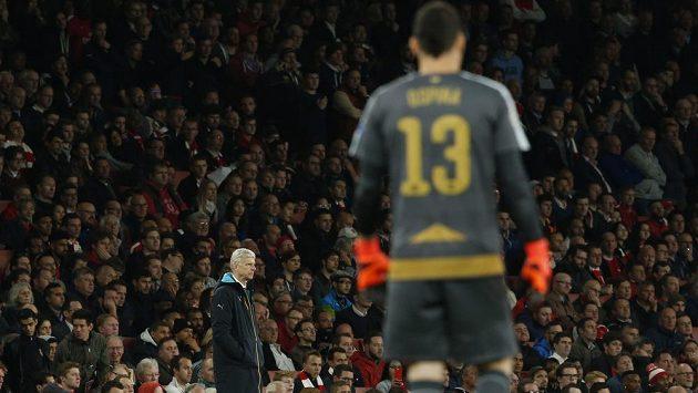 Zarmoucený manažer Kanonýrů Arséne Wenger a brankář David Ospina.
