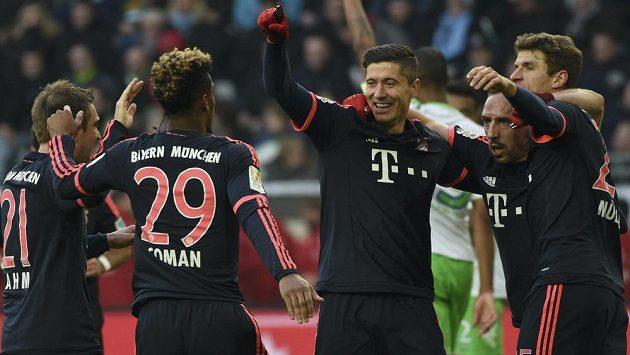 Útočník Bayernu Robert Lewandowski (třetí zprava) slaví se spoluhráči gól proti Wolfsburgu ve 23. kole bundesligy.