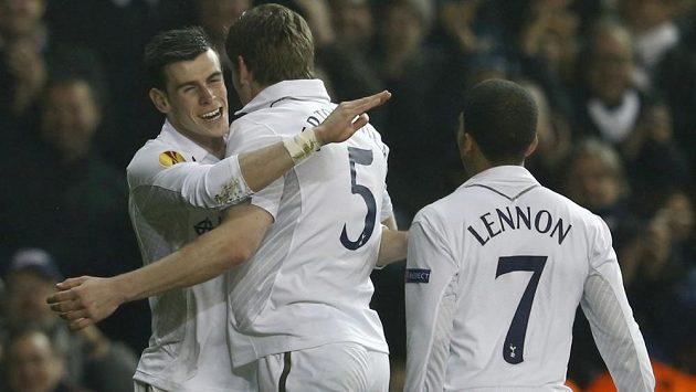 Gareth Bale (vlevo) se po boku svých spoluhráčů raduje z gólu.