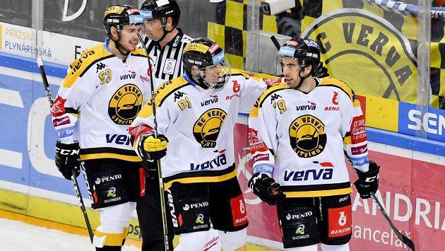 Střelci vítězného gólu Litvínova Martinu Hanzlovi (vpravo) přijíždějí gratulovat jeho spoluhráči Jan Myšák (uprostřed) a Marek Beránek (vlevo).
