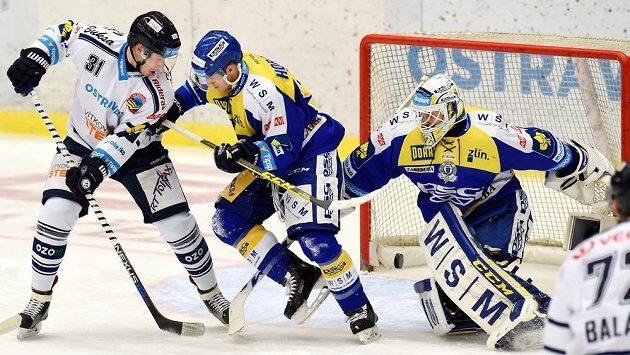 Brankář Zlína Libor Kašík (vpravo) inkasuje gól. Před ním jeho spoluhráč Oldřich Horák a Lukáš Klok z Vítkovic (vlevo).