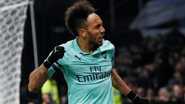 Pierre-Emerick Aubameyang se raduje z gólu, kterým zařídil Arsenalu výhru nad Watfordem.