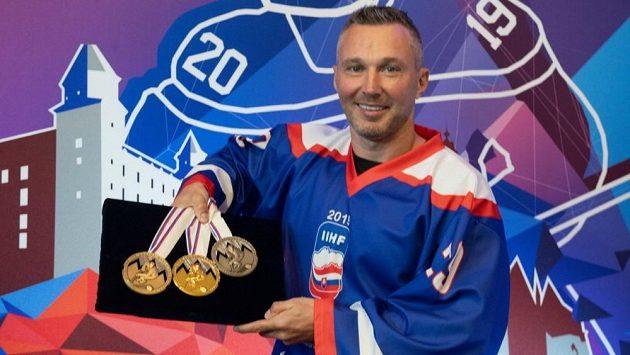 Bývalý slovenský hokejový obránce Ľubomír Višňovský při představování kolekce medailí letošního mistrovství světa konaného v Bratislavě a Košicích.
