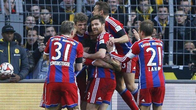 Fotbalisté Bayernu Mnichov oslavují jediný gól ve šlágru proti Dortmundu.
