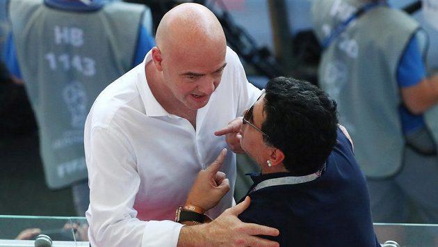 Předseda FIFA Gianni Infantino v přátelské diskuzi s Diegem Maradonou.