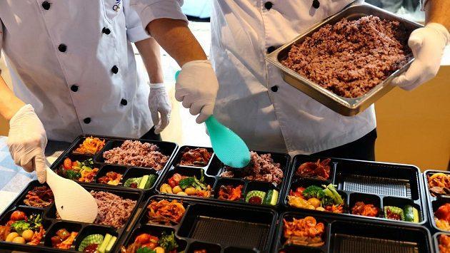 Organizátoři OH v Tokiu se omluvili za plýtvání jídlem během her.