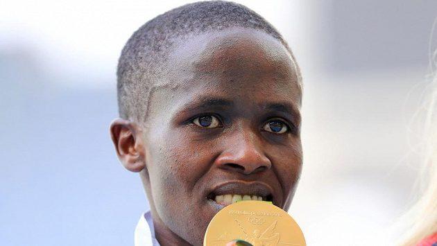 Olympijská vítězka v běhu na 3000 metrů překážek a bývalá světová rekordmanka Ruth Jebetová z Bahrajnu. Snímek je z medailového ceremoniálu na OH v Riu.