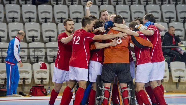 Pozemní hokejisté Ruska se radují z vítězství na Českem a ze zisku bronzových medailí.