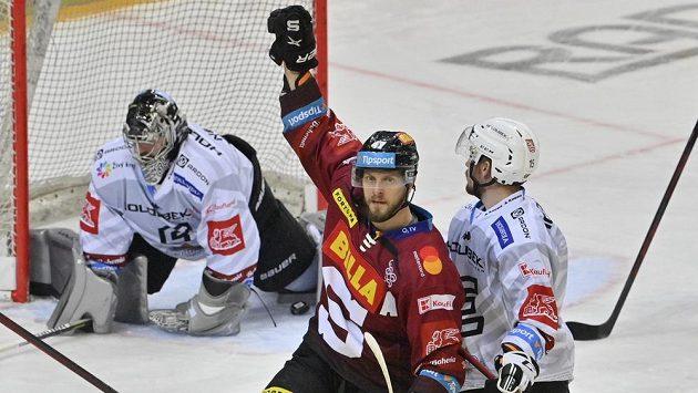 Hokejista Sparty Jan Buchtele se raduje z gólu. Vlevo je brankář Karlových Varů Filip Novotný, vpravo Jiří Průžek z Karlových Varů.