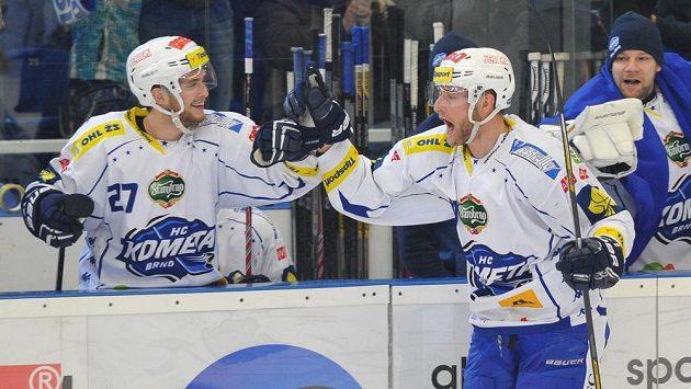 Martin Dočekal z Brna se raduje z gólu, vlevo je jeho spoluhráč Antonín Honejsek.
