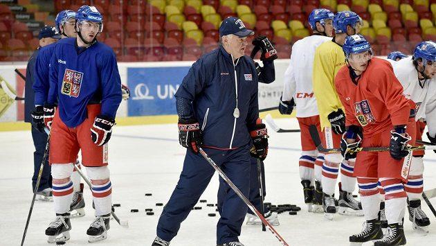 Trenér české hokejové reprezentace Vladimír Vůjtek udílí svým svěřencům pokyny na kempu v Jihlavě.