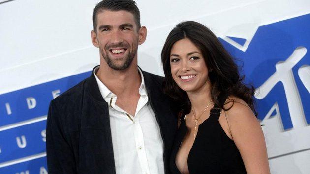 Americký plavec Michael Phelps a bývalá Miss Kalifornie Nicole Johnsonová již dnes údajně tvoří manželský pár.