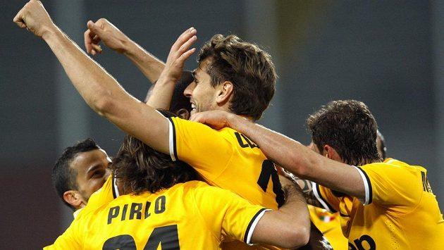 Fernando Llorente z Juventusu se raduje se spoluhráči z branky na trávníku Udine.