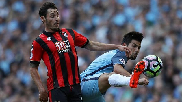 Nolito (vpravo) z Manchesteru City v souboji s Adamem Smithem z Bournemouthu.