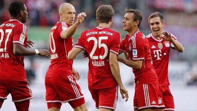 Záložník Bayernu Mnichov Thomas Müller (třetí zprava) slaví se spoluhráči gól v síti Wolfsburgu.