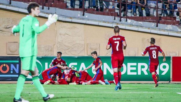 Čeští fotbalisté do 19 let se radují z gólu proti Gruzii.