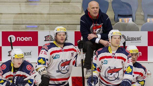 Nový trenér hokejistů Chomutova Jaroslav Beck (v tmavé mikině) začal angažmá s Piráty porážkou.