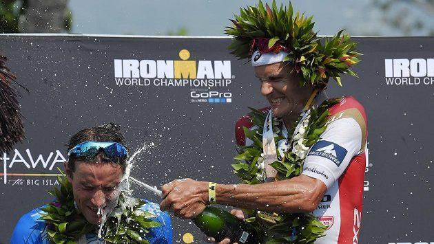 Jan Frodeno (vpravo) slaví vítězství s druhým Andreasem Raelertem.