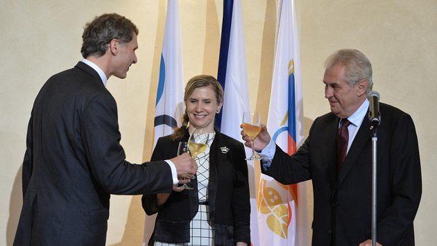 Prezident Miloš Zeman (vpravo) a předseda ČOV Jiří Kejval (vlevo) podepsali v Míčovně Pražského hradu přihlášku na letní hry v Riu de Janeiro. Na snímku uprostřed je ministryně školství Kateřina Valachová.