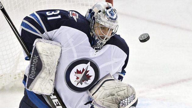 Gólman Winnipegu Ondřej Pavelec v utkání s Edmontonem.