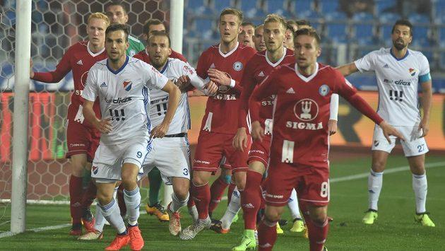 Zápas Baníku Ostrava se Sigmou Olomouc v utkání 11. kola první fotbalové ligy. Zleva vpředu Lukáš Pazdera a Martin Šindelář, oba z Baníku, v chumlu olomouckých hráčů před jejich brankou.