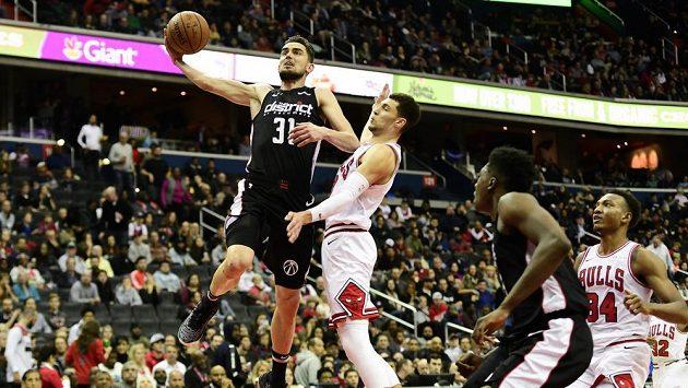 Basketbalista Tomáš Satoranský (31)z Washingtonu střílí na koš v utkání proti Chicagu.