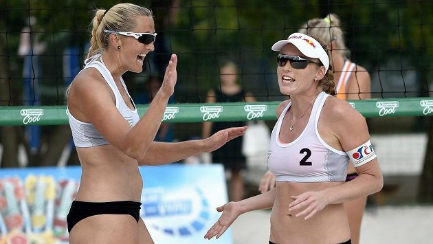 Beachvolejbalistky Kristýna Kolocová (vpravo) a Hana Skalníková během turnaje Staropramen Cool Super Cup v Praze.